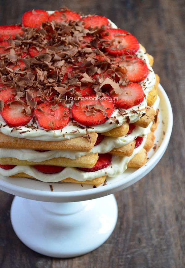 Aardbeien tiramisu taart - 500 Gr aardbeien, 300 Gr lange vingers, yoghurt, mascarpone 500 Gr, sinasappelsap, vlokken