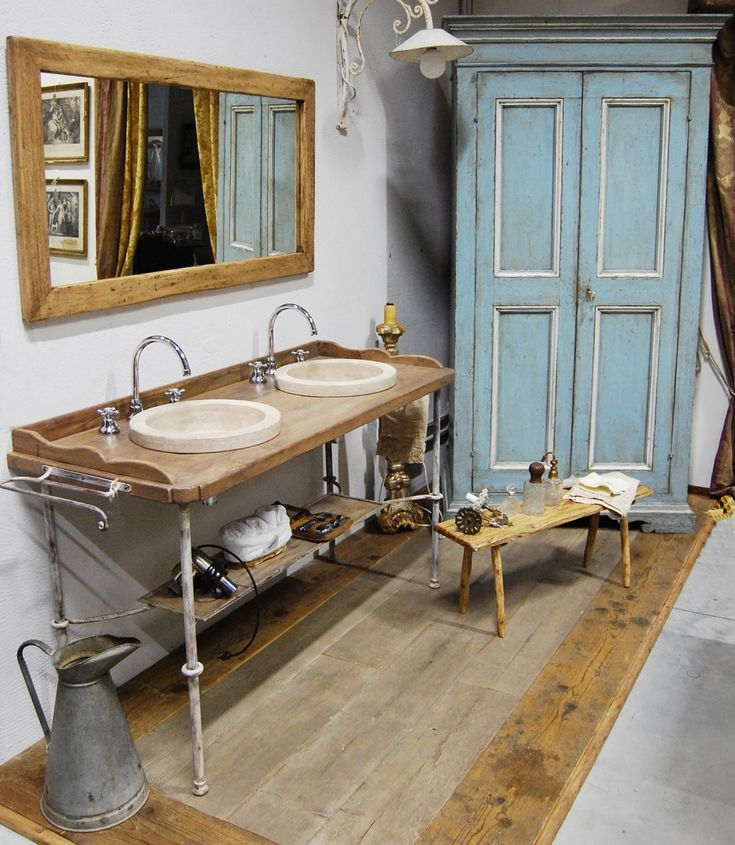Mobile da bagno realizzato su struttura in ferro battuto invecchiato, con top in rovere antico trattato e protetto.