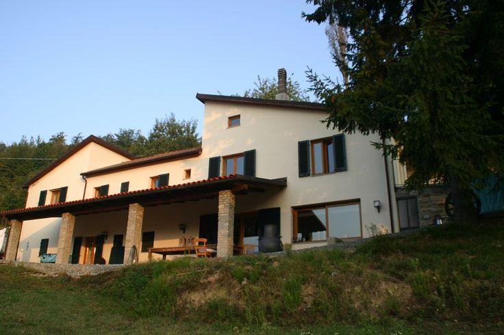 Gerestaureerde boerderij in het heuvellandschap van het Noord Italiaanse Piemonte. Met groot zwembad (10-5 m) en panoramisch uitzicht. 3 slaapkamers voor max. 6 personenen. Groot overdekt te...