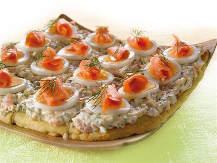 Lohitorttu maistuu välipalana tai pikkusuolaisena illanvietossa. Kylmäsavulohen voit korvata myös graavatulla lohella.