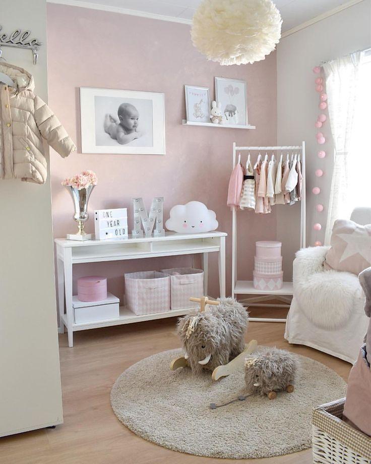 Schöner Babyraum – Weiß und Rosa.