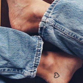Un micro-tatouage coeur sur la cheville