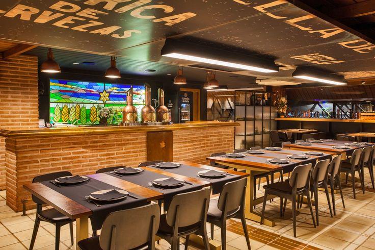 La cervecería restaurante se encuentra en el barrio coruñés de Cuatro Caminos, donde hasta 1972 estuvo situada la fábrica original de Estrella Galicia