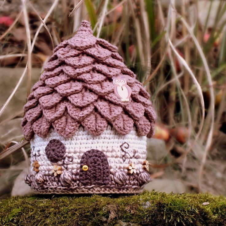 Hrající domeček pro Čokoládového skřítka Originální háčkovaný domeček pro skřítky a víly... poslouží jako dekorace nebo hrající uklidňovadlo... Je háčkovaný zhnědé a krémové příze(45% bavlna, 55% akryl),tmavěhnědé a oříškovépříze(100% bavlna). Domeček je zdobený výšivkou,dřevěnými knoflíčky (květinky a sova) a jedním malým ...