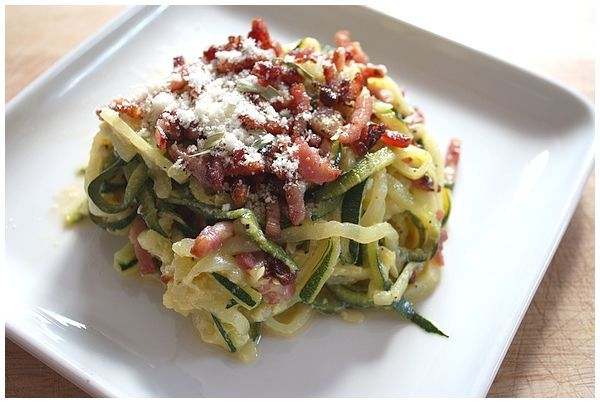Les spaghetti de légumes… J'avais essuyé un échec cuisant avec une tentative de spaghetti de carotte qui s'était soldée en un amas de mini fils de carottes… pas forcément le résultat escompté. J'avais donc maudit l'ustensile servant à faire des spaghettis de légumes, et l'avait rangé dans un carton, au fin fond d'un placard. Impossible de s'arrêter sur un échec. Hier ayant une folle envie de cuisiner (comprendre que la motivation était proche du néant), j'ai eu envie de faire un plat «pas…