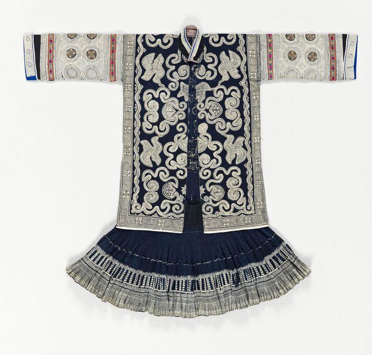 Costume féminin, coton teinté à l'indigo, décor batik, Chine, Guizhou, population miao,  fin du 20ème siècle, inv. 70.2007.35.1.1.2 © musée du quai Branly - Jacques Chirac, photo Thierry Ollivier, Michel Urtado