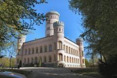 Über dem Ostseebad Binz mitten in den schönen Buchenwäldern der Granitz liegt das Jagdschloss Granitz auf dem 107 Meter hohen Tempelberg und bietet fantastische Ausblicke über die Granitz und das Mönchgut.