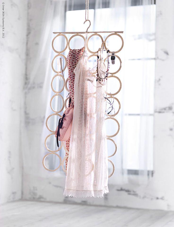 COMPLEMENTO múltiples perchas 59 SEK, no ocupa espacio y da una buena visión general de las bufandas y accesorios.