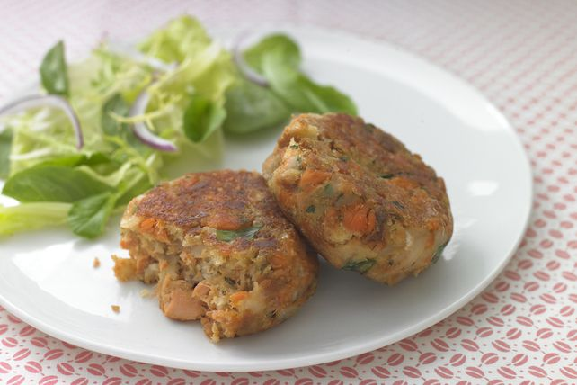 Canned salmon delivers delicious results in these skillet-browned Salmon Cakes.  Served with a crisp green salad, these salmon cakes make a nice lunch or light supper.