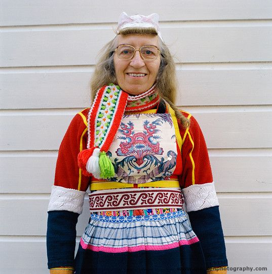 Marken. Marken. Deze vrouw  is niet in de rouw (gele randen). Ze draagt het rode baaien jakje dat te zien is in de periode vanaf de herfst tot aan kerst, en tussen Pasen en Pinksteren; (photo Henk van der Leeden)