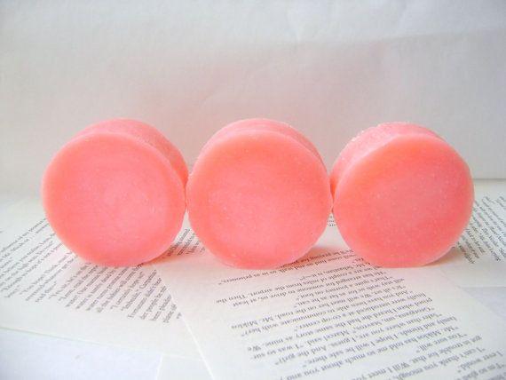 Parfumé à lhuile essentielle de pamplemousse rose pur, ce shampooing est un grand agrumes frais pour lété. Plein dingrédients grands pour prendre soin de vos cheveux et le cuir chevelu, vous obtiendrez une grande brillance, curl et aider lenvironnement en abandonnant les emballages inutiles de shampoing liquide. Ce shampooing a jojoba supplémentaire ajouté plus de beurre de karité, pour vous donner les cheveux plu jamais !  Au lieu de décapage vos cheveux de ses huiles naturelles, il…