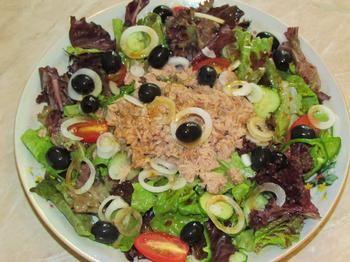 Пикантный салат с тунцом, перцем и помидорами