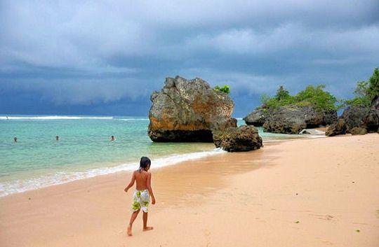 Le climat tropical de Bali lui garantit la chaleur toute l'année, mais le temps n'est pas toujours au beau fixe. Entre décembre et mars, c'est la saison des pluies. Gare aux orages !