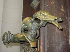 Manija de la puerta de Panetheus Esta manija de la puerta en forma de una persona cuyo ojo es pellizcado por un pájaro seguramente obligará a sus invitados a pensar dos veces acerca de su comportamiento en su hogar.