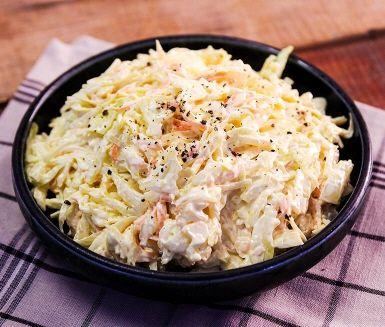 Recept på en hemmagjord coleslaw utan några konstigheter – för det finns en anledning att denna röra är en riktig klassiker. Passar perfekt som tillbehör på grillfest eller till burgare. För bästa resultat – snåla inte med majonnäsen!