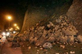 地震で壊れた熊本城の石垣=14日午後10時ごろ、熊本市中央区