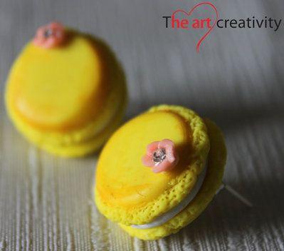 Maccarons gialli in pasta polimerica con fiorellino rosa. #orecchini #fimo #pastapolimerica #fiore #rosa #giallo #bianco # handmade