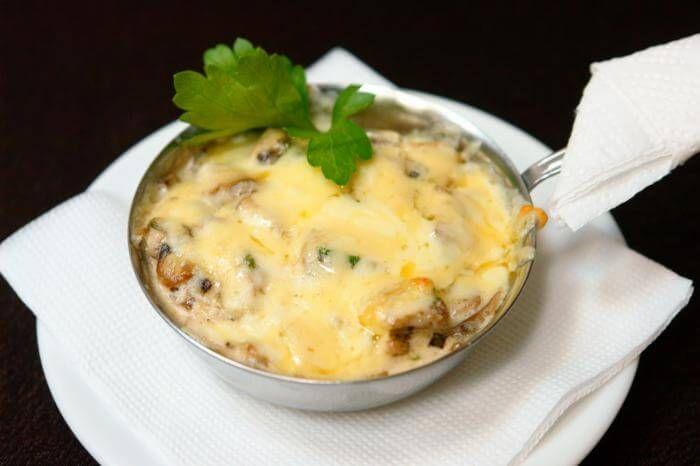 Многие любят жюльен из курицы с грибами, но не знают, насколько просто его приготовить. Ингредиенты: 500 грамм филе птицы 300 грамм шампиньонов 2 небольшие луковицы 200 грамм тертого сыра 200 грамм сметаны 50 грамм муки 30 миллилитров растительного масла 20 грамм сливочного масла Способ приготовлений: Грибы мелко нарезать, обжарить в сковородке без масла, пока не […]