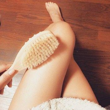 ドライブラッシングは、肌に良いことが沢山ありとても効果的な美容法ですが、誤ったやり方で行うと肌が炎症を起こしたり、傷付いてしまう場合もあります。以下の点には注意して行うようにしましょう。  ・天然素材のブラシを使う ・肌が乾燥しているときに行う ・こすりすぎない ・吹き出物がある部分は避ける ・ドライブラシは週に1度のペースで洗う