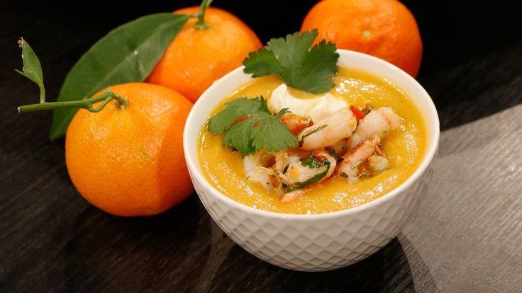 Vintersoppa på clementiner och morot med vitlöksfrästa räkor | SVT recept