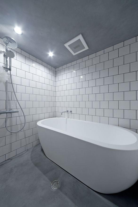 置き型浴槽 壁付け水栓 ステンレスのシャワー まるで海外ホテルのようなバスルームです ハコリノベ Sun Reform バスルーム マンションリノベーション 風呂 置き型浴槽 壁付け水栓 タイル壁 リノベりす バスルーム リノベーション リノベーション 事例