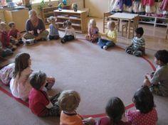 Dans une école Montessori digne de ce nom, tant dans les classes de maternelle que dans celles de primaire, vous trouverez toujours tracé au sol un joli cercle harmonieux. Pour tous ceux qui fréque…
