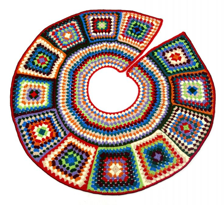 Granny Tree Skirt  I want this... Green and Red....Outlined in black... Please?!!!  How much would it cost for someone to make me one...?? Let me know. LOL!!