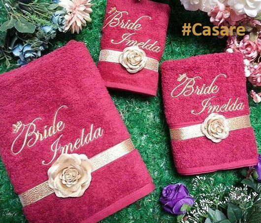 Que mimo mais fofo 😍    Toalha para presentear pais, padrinhos e até mesmo para o novo lar doce lar dos noivos. Fazemos com bordado e laço 🎀    Compre pelo site http://www.elo7.com.br/casare/loja 👰
