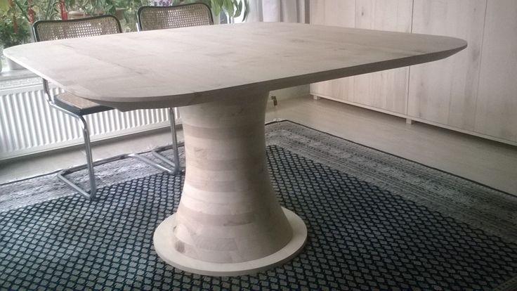 ERVAAR HET WOW GEVOEL  De nieuwe Cone tafel is een tafel met strak blad en een extreme kollompoot onder het blad een kegelvormige poot die geheel met de zaagmachine is gemaakt. Uniek en zeer mooi.  Ontwerp : FeicoJr.Westra 2016  Houtsoorten : Eiken - Walnoten - Esdoorn - Iepen