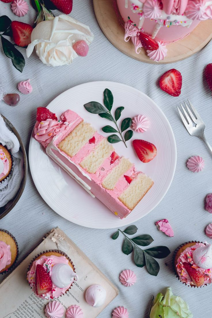 White Cake with Pink Frosting and Strawberry + Meringue Kisses | Historias del Ciervo