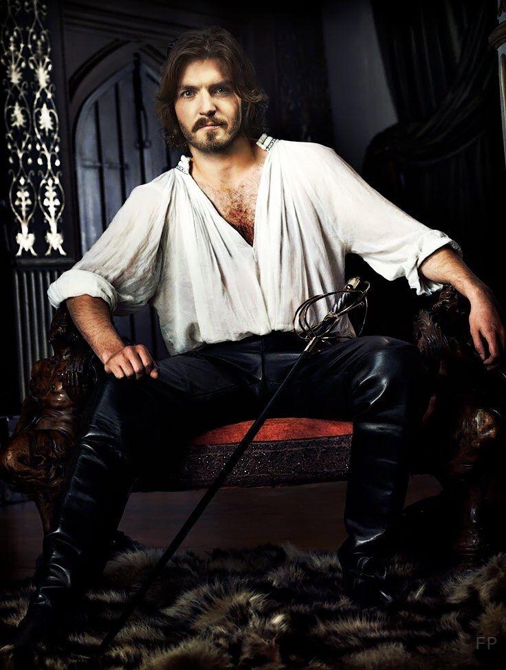 Tom Burke as Ennas, l'Indomito. Sposo del Sole. Re di Erellont. Consorte di Livia, la Dama dei Sogni.