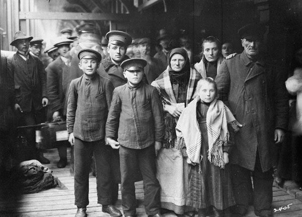 irish and german immigrants in the early 1800s Living conditions in new york city over the course of a century, hundreds of thousands of immigrants settled in new york city and other growing cities such as philadelphia and chicago.