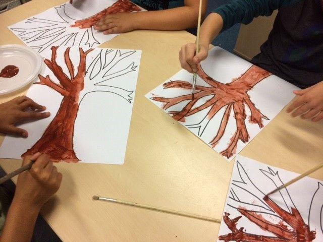 De herfstbomen zijn volop in kleur nu! Een leuk moment om met je kind(eren) daarmee aan de gang te gaan. #creatief #verven