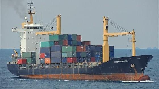 Un peschereccio di 30 metri si è capovolto a nord della costa libica mentre un mercantile si avvicinava per i soccorsi. Polemica politica, Salvini