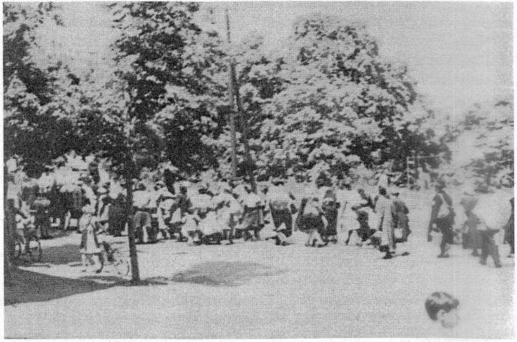 utban a deportalt zsidok a deli palyaudvar fele 1944 sopron hungary