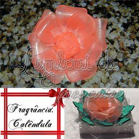 Fragrância: Calêndula. Com sua cor rosa claro, ela tem um cheiro floral amadeirado, com notas de topo (aldeícas, doce de laranja, melão e iris), corpo (jasmim, cumarina, rosa e muguet) e fundo (ylang ylang, cedro, musk e musgo de carvalho).