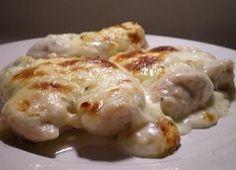 Água na boca: frango aos 4 queijos na panela de pressao. Na panela de pressão coloque o azeite e doure o frango. Junte o alho-poró, molho de tomate e leite, tampe a panela e deixe pegar pressão e conte mais 10 minutos. Tire a pressão da panela e junte os queijos, tampe novamente e deixe cozinhar por 1 minuto e sirva.