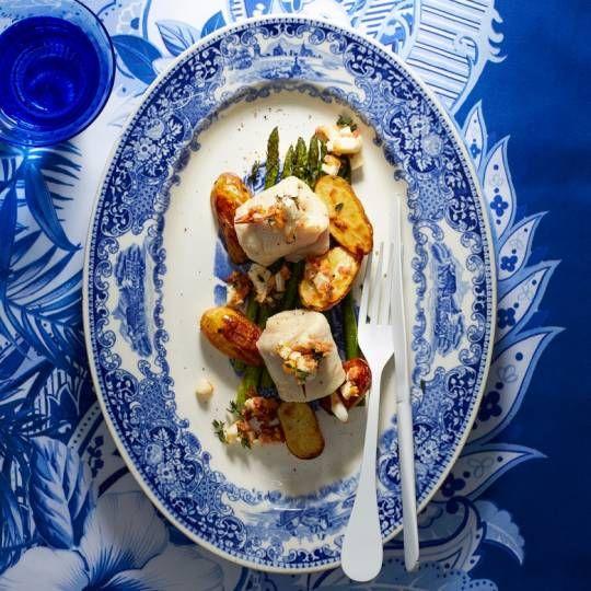 Lekker makkelijk: het hele gerecht bereid je op één bakplaat. Recept - Geroosterde aardappels, visfilet en asperges - Boodschappenmagazine