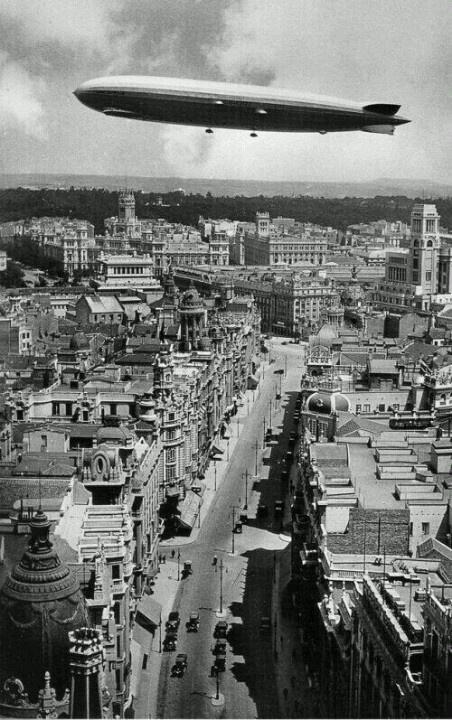 1930. Zeppelin sobrevolando Madrid.