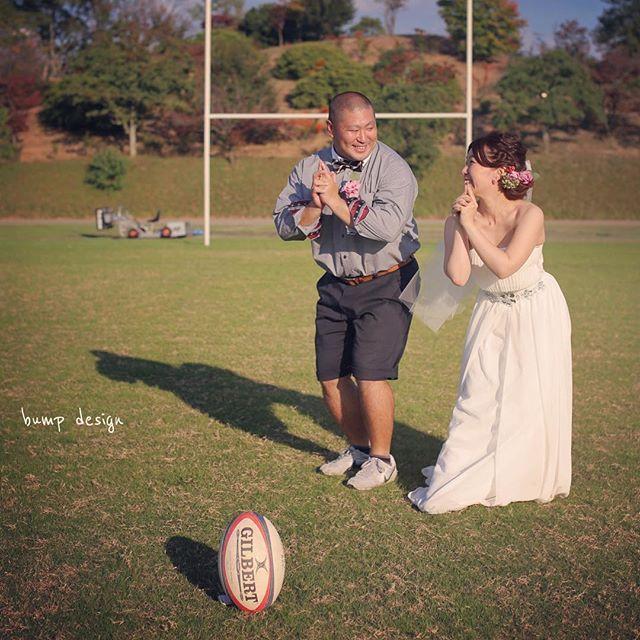 #ラグビー 先日のラグビー場でのロケーション前撮り。 本気のラグビー場を貸し切っての撮影です。 さぁー 何撮ろうかなぁー ん? や、やめなさい。 そんな流行りのポーズは。 ミーハーですよ! 笑 #結婚写真 #花嫁 #プレ花嫁 #結婚 #結婚式 #結婚準備 #婚約 #カメラマン #プロポーズ #前撮り #エンゲージ #写真家 #ブライダル #ゼクシィ #ブーケ #和装 #ウェディングドレス #ウェディングフォト #七五三 #お宮参り #記念写真 #ウェディング #IGersJP #weddingphoto #bumpdesign #バンプデザイン