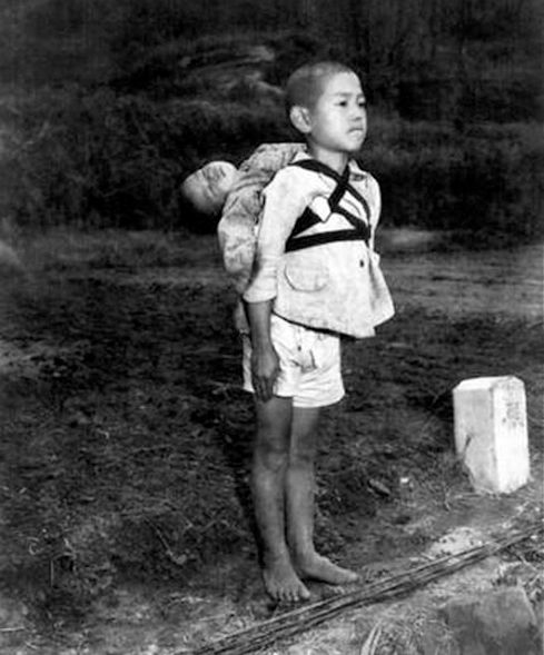 報道写真家 ジョー・オダネル撮影 「焼き場に立つ少年」