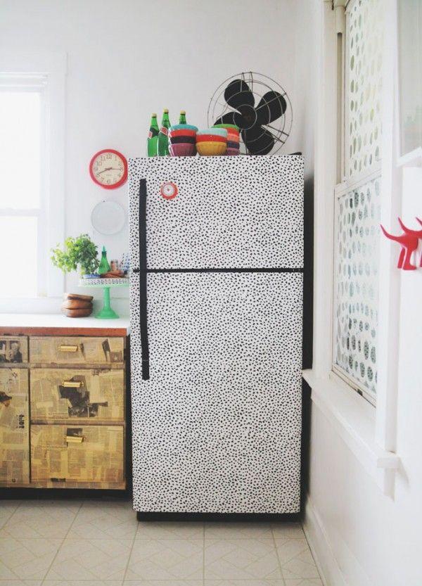 Relooking du réfrigérateur avec du papier peint adhésif  http://www.homelisty.com/papier-peint-adhesif-autocollant/