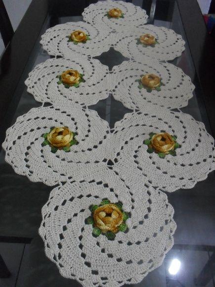 toalhas de mesa confeccionada com fios de barbante nº4 nas cores cru, verde água e amarelo claro, com rosa confeccionadas com fios duna da Circulo S/A R$ 85,00