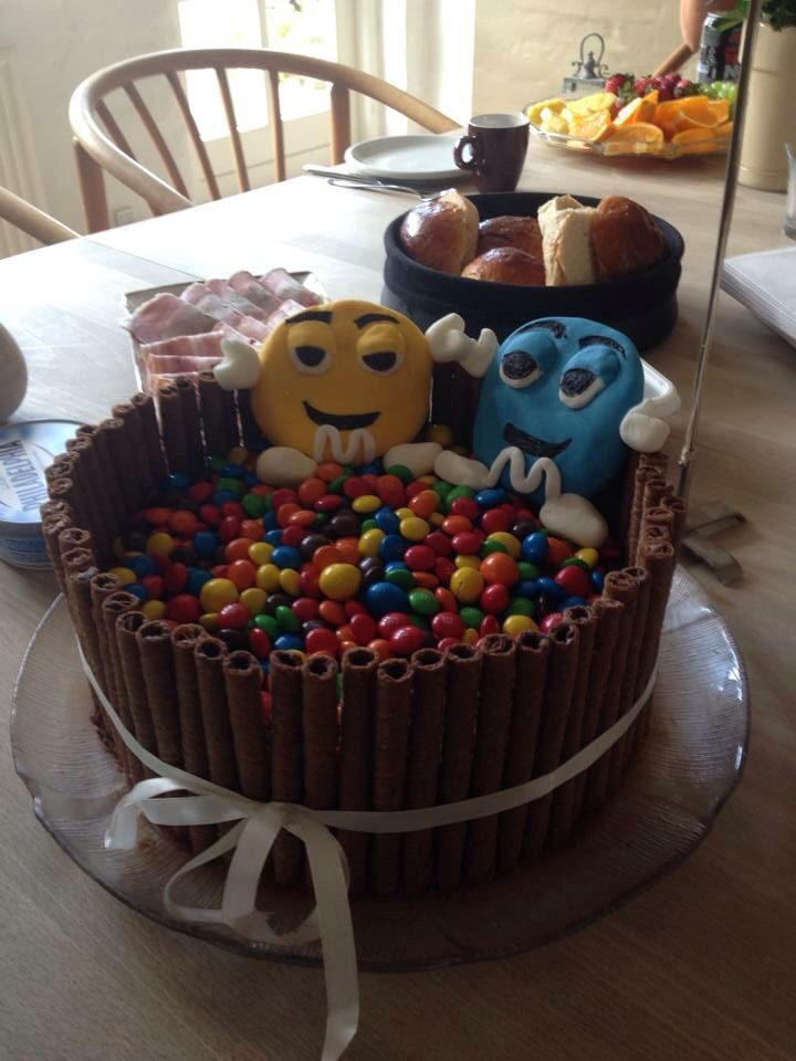 Another very good friend made me this M&M's birthdaycake with chocolatecream