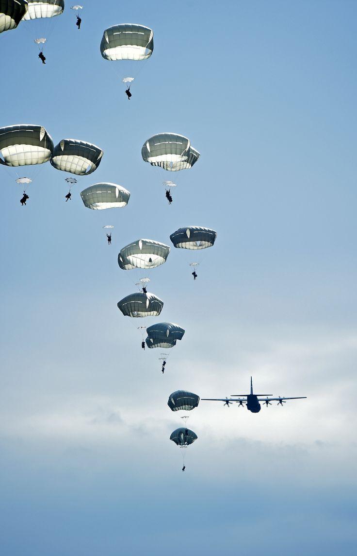 Un C-130J Super Hercules asignado al grupo de transporte aéreo de la 117.a, Base de la Fuerza Aérea Dyess, Texas, lanzamiento en paracaídas parajumpers de la 82ª División Aerotransportada.