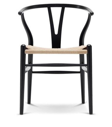 Wat: CH24 Wishbone stoel Classic Natural Paper Cord Ontwerper/fabrikant: Hans Wegner, Carl Hansen Herkomst: Denemarken Materiaal: Beuken (hout), Eiken (hout), Essen (hout), Kersen (hout), Walnoot (hout) Prijs: € 773,-