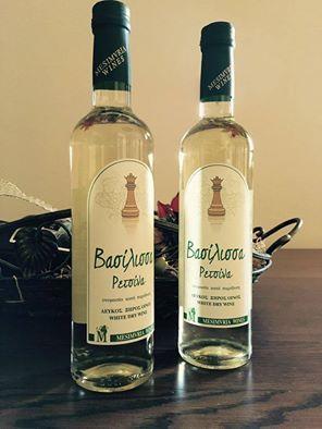 Η ρετσίνα αποτελεί το παραδοσιακό Ελληνικό λευκό κρασί. Το ιδιαίτερο άρωμα της και η γεύση της οφείλονται στην ρητίνη του πεύκου. Η Βασίλισσα είναι μία νέα ρετσίνα με αυθεντική γεύση, έντονη φρεσκάδα και πλούσια επίγευση. Παράγεται από σταφύλια της Ελληνικής ποικιλία Ροδίτης που καλλιεργούνται στην περιοχή της Νέας Μεσημβρίας.   #Τηγανιές& #Σχάρες #Ψητοπωλείο #Θεσσαλονίκη #Ρετσίνα #Βασίλισσα