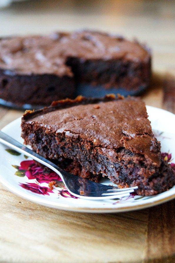 glutenvrije chocoladetaart zonder geraffineerde suikerWat heb je nodig?  Een kleine springvorm (ca. 12 cm)  Voor de bodem  150 gram glutenvrije koekjes 60 gram roomboter (of kokosolie) Voor de chocoladelaag  80 gram pure chocolade (bijv. Vivani 92% cacao) 60 gram kokosbloesemsuiker 60 gram roomboter 80 gram amandelmeel 1 theelepel vanille extract 2 eieren (eiwit en eigeel gescheiden) 100 gram diepvriesframbozen