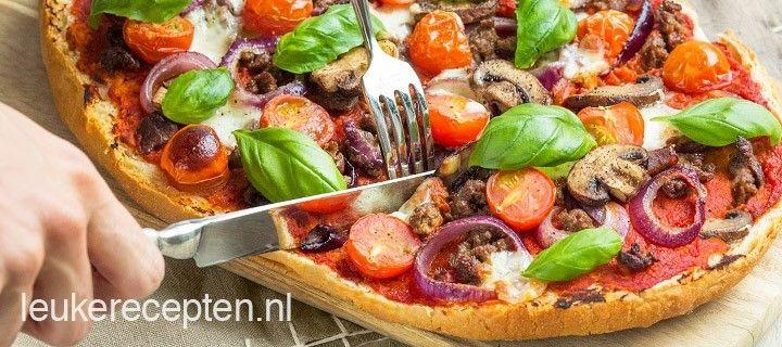 Snel en makkelijk pizza recept met een knapperige bodem van turks brood belegd met gehakt, tomaat en champignons