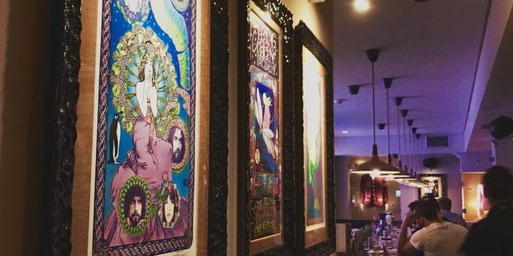 Como cada HRC, el Hard Rock Cafe Atenas, no podía dejar de sorprenderme. Primero, porque está en el corazón de una de mis ciudades favoritas en el mundo, donde la historia se combina con la vida cotidiana. Además, se encuentra en la calle de Adrianou, que por la noche los visitantes caminan para ver los distintos locales de comida y de recuerditos. Todavía aparte de eso, se encuentra en Monastiraki, por lo que tiene una de las mejores vistas hacia la Acrópolis. Como en todos los HRC, el…